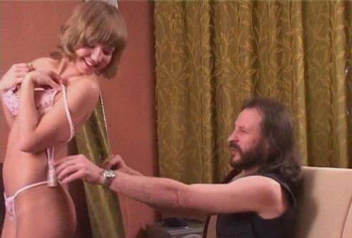 Мама друга попросила застегнуть платье порно