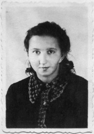"""Rankiem 28 VIII 1946 roku z celi w gdańskim więzieniu wyprowadzono 17-letnią dziewczynę. Odczytano wyrok, """"śmierć przez rozstrze 9"""