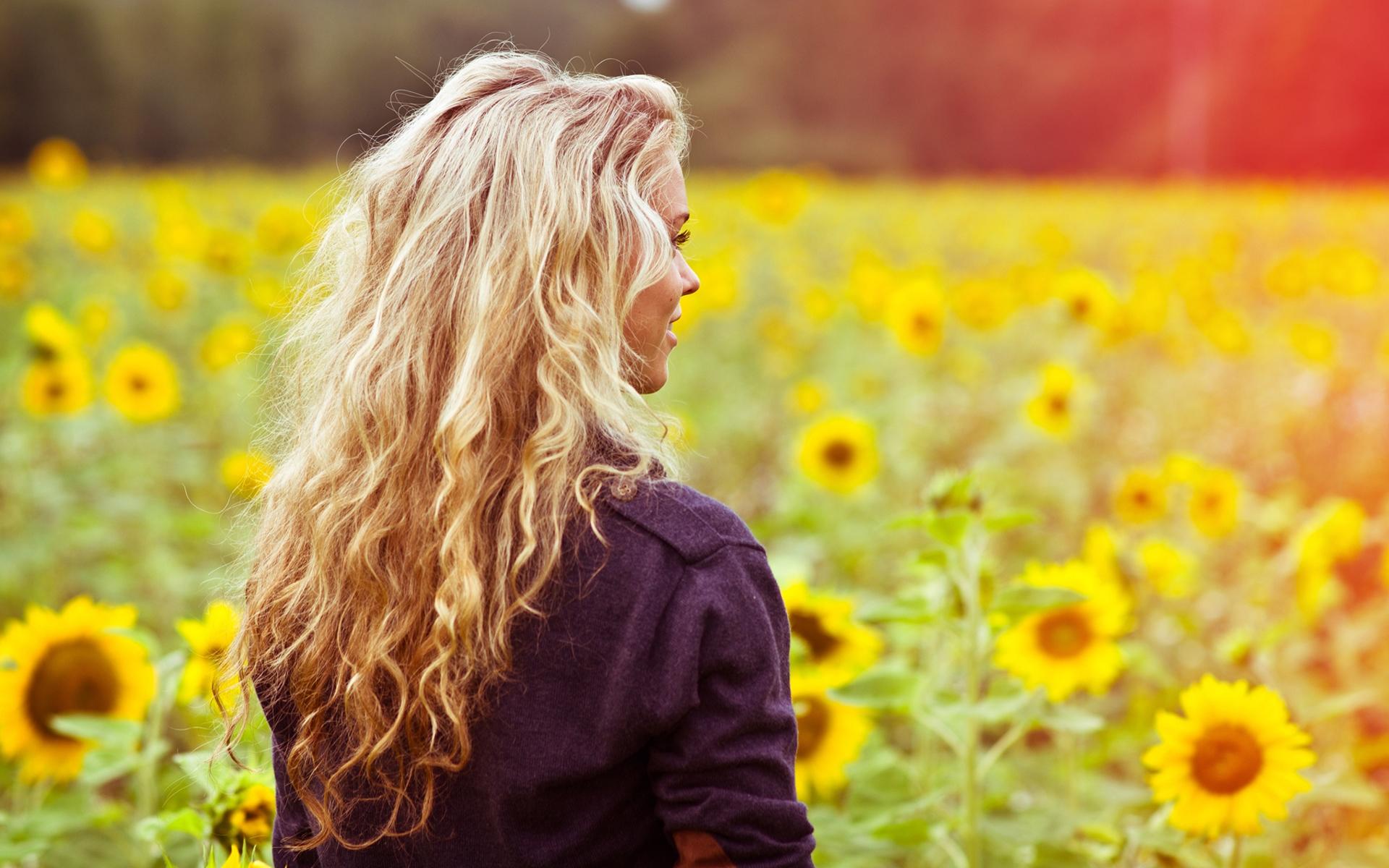 Блондинка спиной фото с цветами