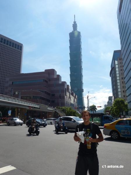 Franz vor dem Taipei 101